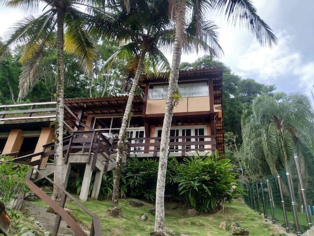 Casa com piscina e vista da Baía da Fortaleza.