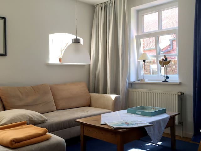 Das gemütliche Wohnzimmer mit großem Sofa.