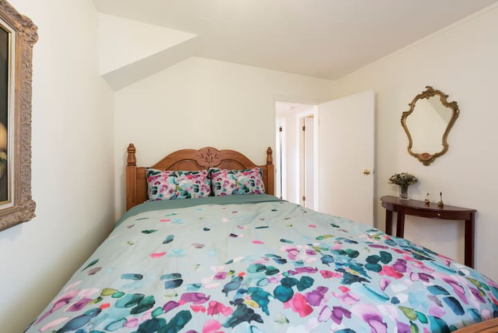 Queen size bedroom