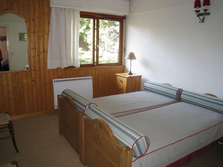 La chambre avec deux (ou trois) lits d'une personne