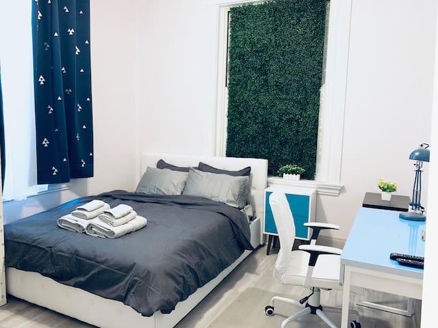 Upscale Room A near UC, Hospital and Zoo w/Parking