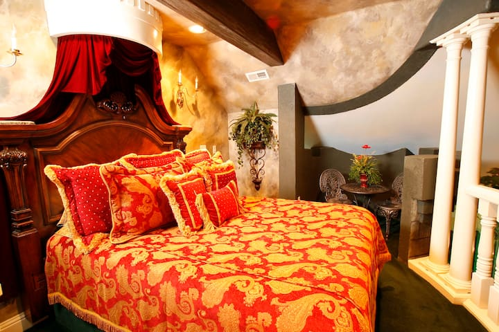 Themed Romeo and Juliet Room at Black Swan Inn