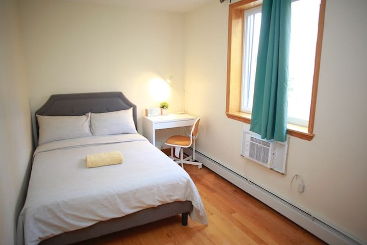 Sunny Room F, close to subway, 20 mins to Midtown