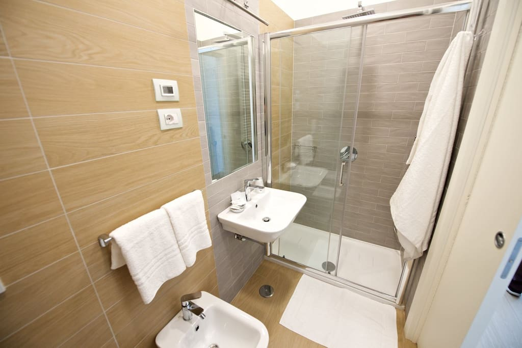 Bagno in camera Privato con Doccia XXL asciugamani In room bathroom with Large shower