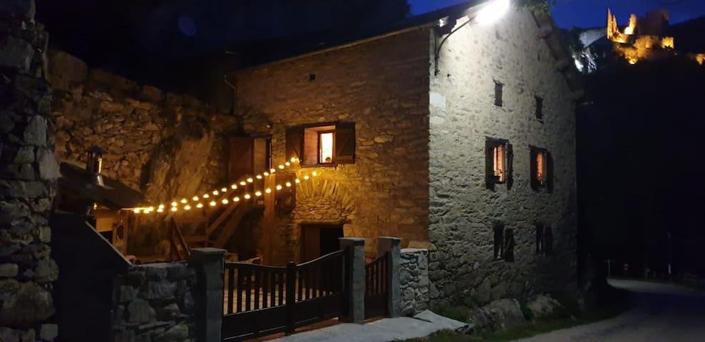 Maison en pierre, jardin avec rivière, montagne