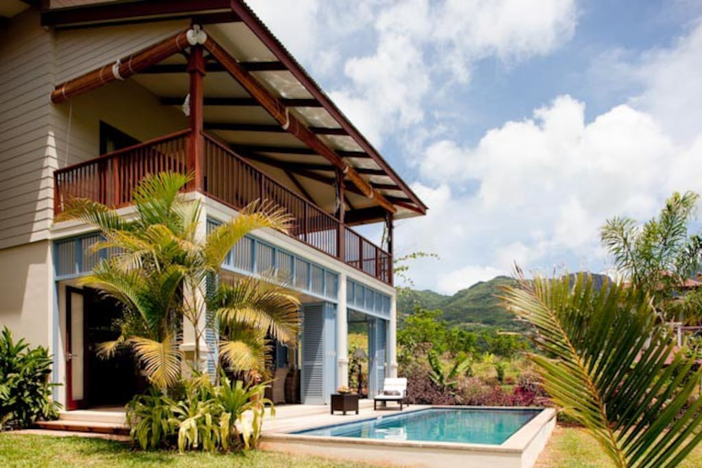 Outside view of the house and pool/ Vue extérieure de la maison et piscine