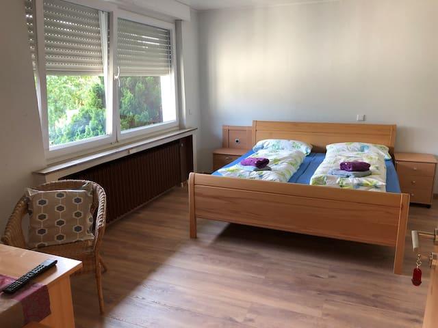 (1) Ein Doppelzimmer im Haus mit eigenem Eingang