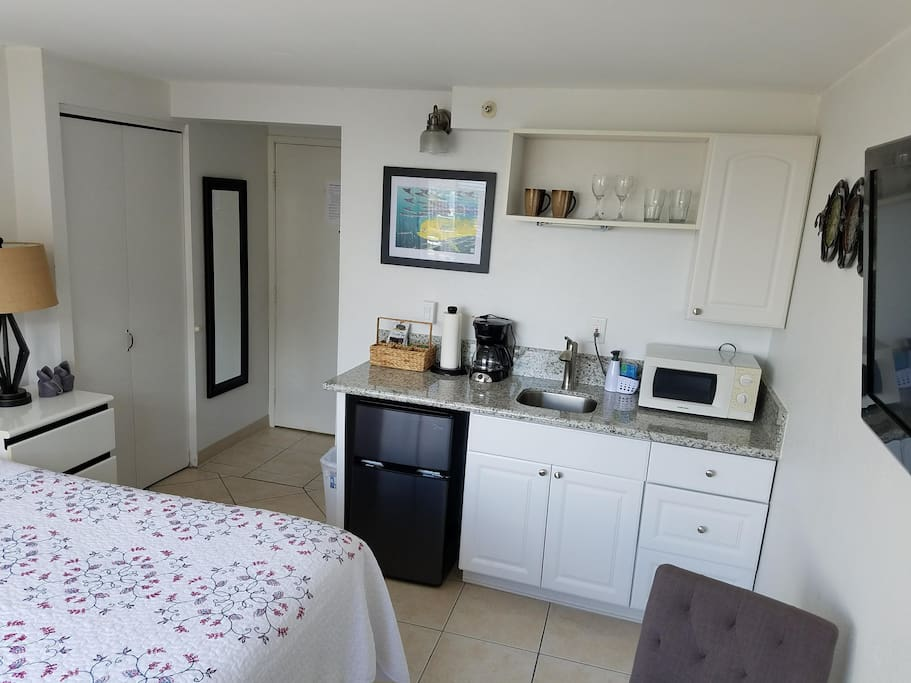 studio with queen bed and kitchenette