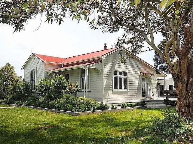 Monty's Cottage - Greytown Cottage