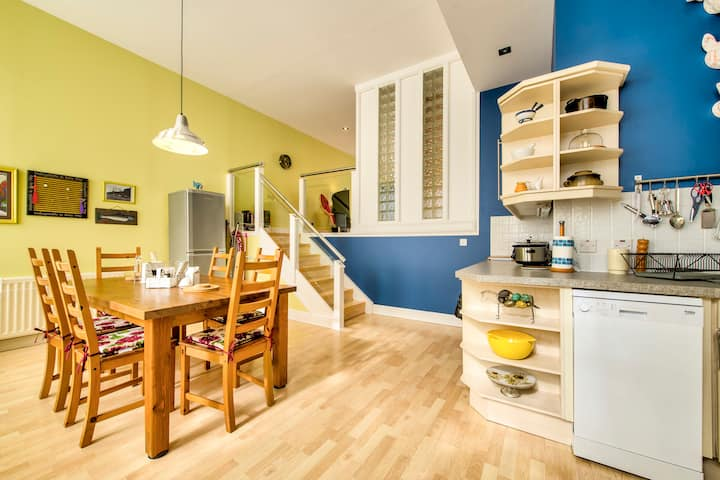 Lovely 3bed/3bath Townhouse with Free Parking and Balcony