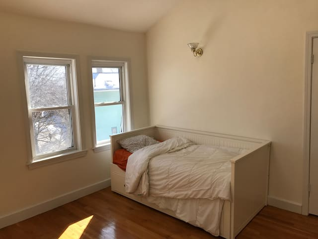 Bright Bedroom with skylight close to NEU. - Boston - House