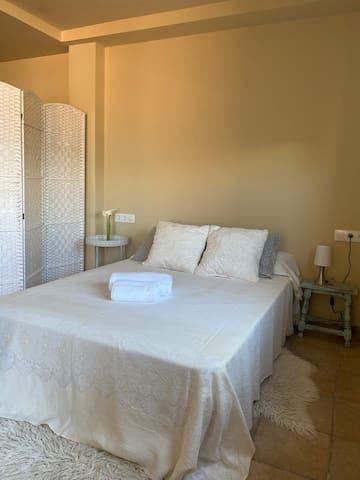 Dormitorio. Cama de 135x190 cm