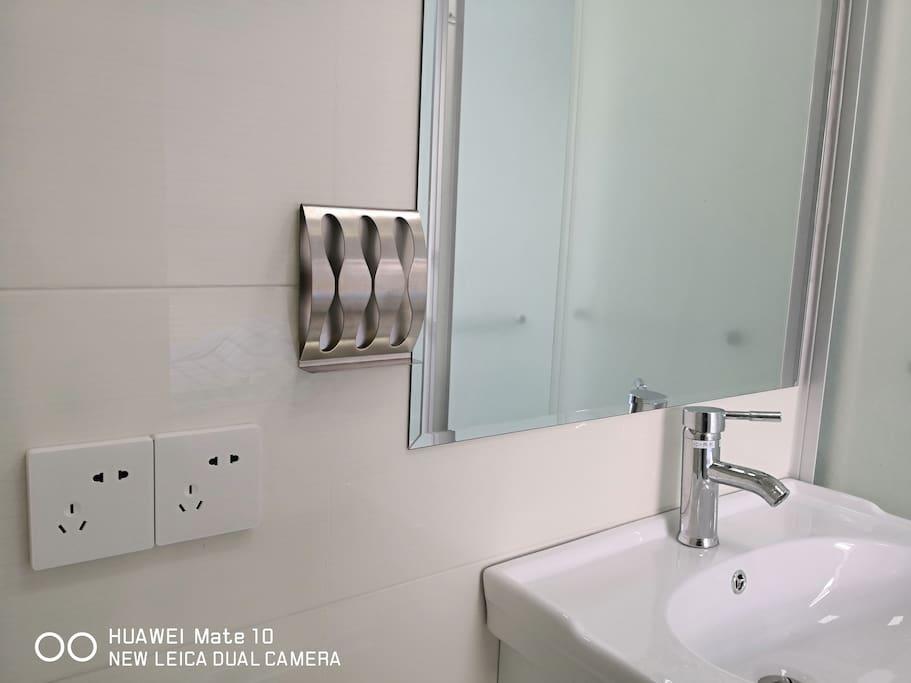 卫生间洁具卫生是第一位,品质同样很重要。化妆镜、牙刷架、马桶、台盆