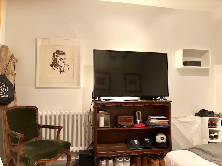 Grosser LCD TV Sharp Aquos mit Harman & Kardon Sound
