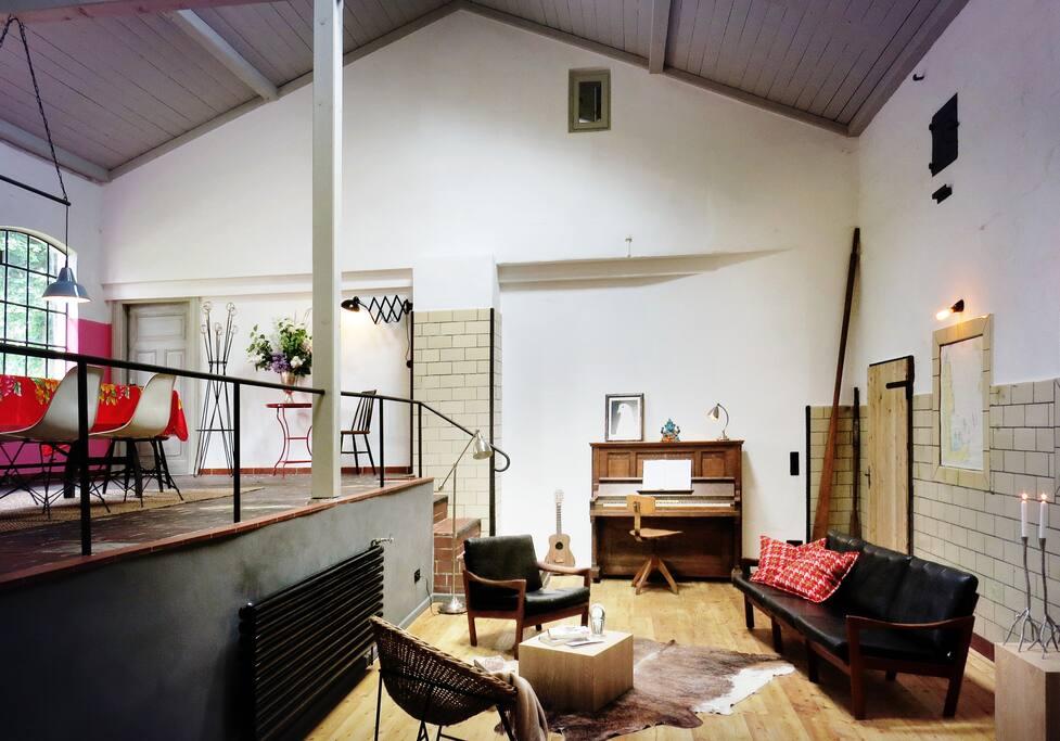 Mit Klavier und dänischem Designermobiliar: der Loungebereich