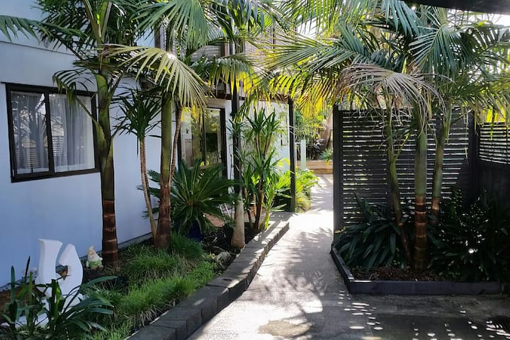 Palm Paradise - your own private entranceway