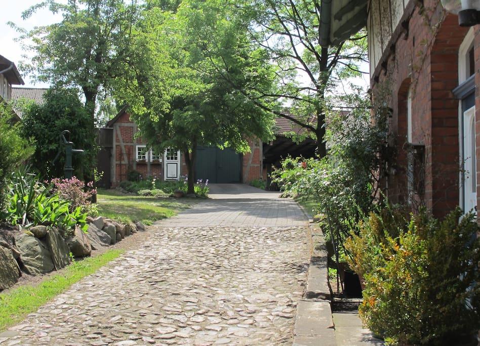 Auffahrt zum Hof mit Parkmöglichkeiten