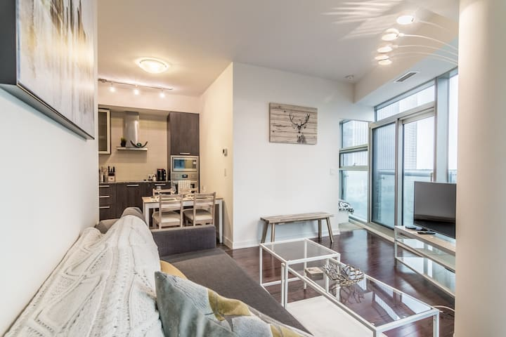 Luxurious 2-Bedroom Suite +Balcony+ CN Tower View!