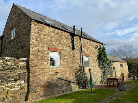 Spacious farm chic, Peak District, garden & field