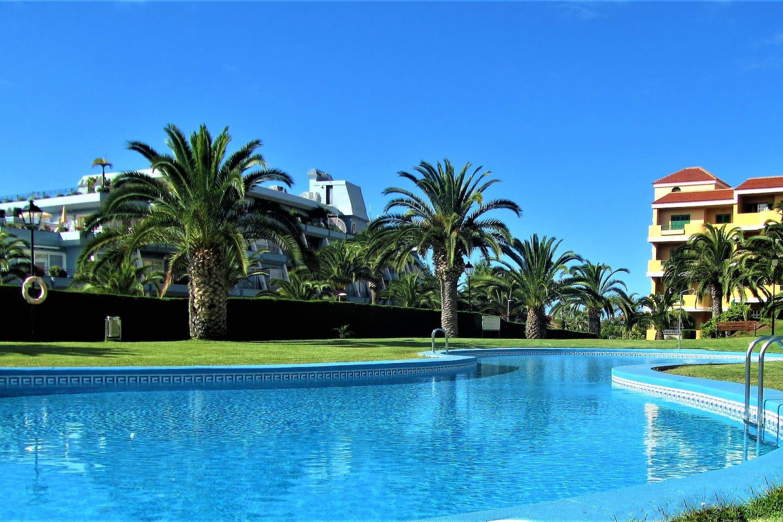 Tranquila piscina comunitaria