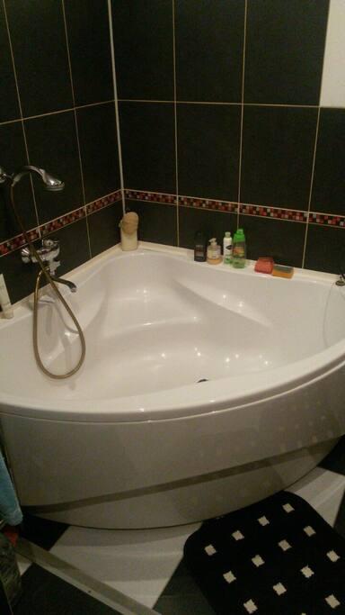 большая ванна со всем необходимым
