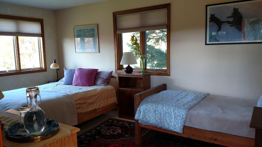 BigSkyHilltop: Queen & single beds, full breakfast