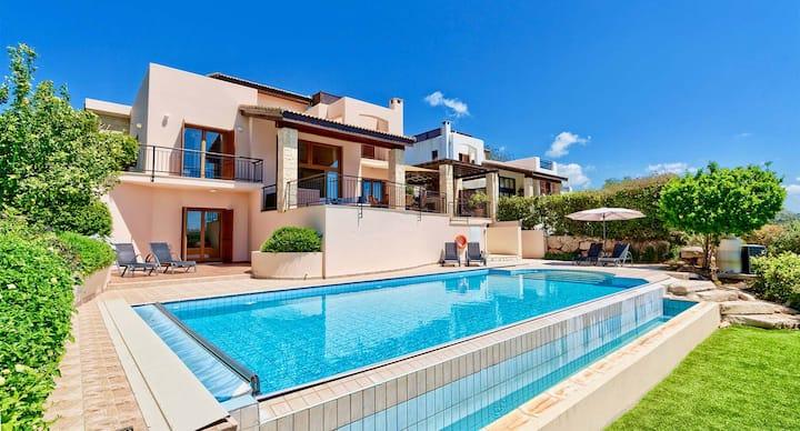 Spacious Villa Helidoni with stunning sea views