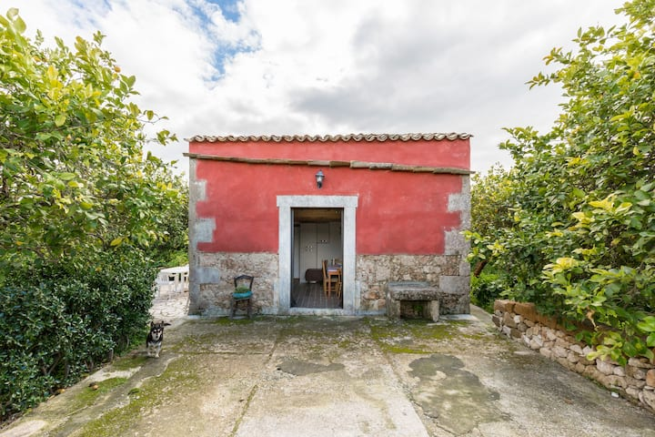 SMALL RED HOME near Noto with parking  and wi.fi