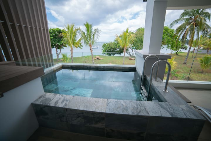 Sumptuous new 3 BR apartment on the sea