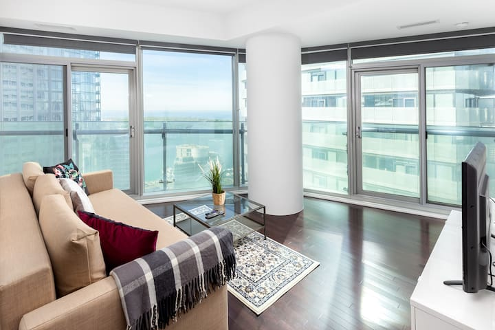 Fantastic Condo overlooking CN Tower and Lake