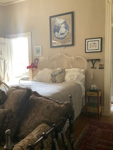 FAN/MUSEUM/VCU/MCV/CARYTOWN  bedroom with bath.