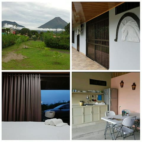 Amapolas Room #2. A/C, Wifi, King bed, TV, Parking - La Fortuna - Andere