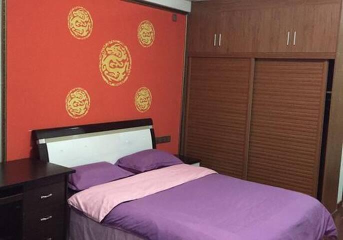 Maginhawang at kumportableng romantikong kama