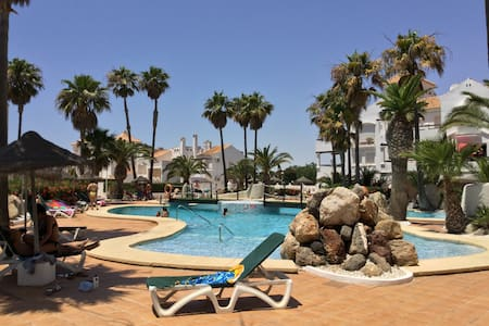 Bajo con terraza y piscina en el campo de Golf