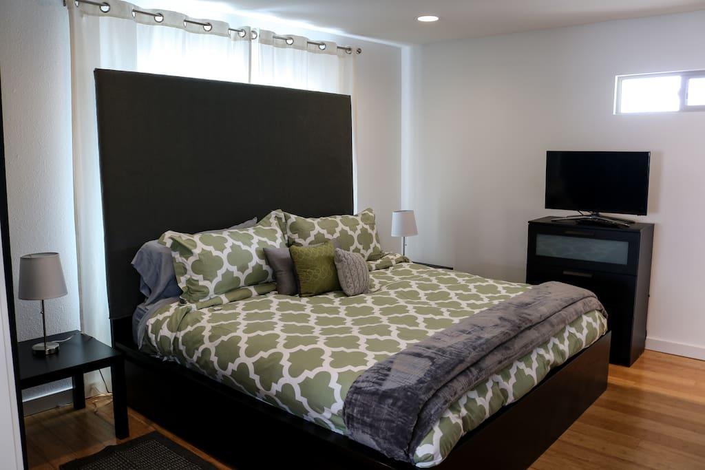 Master bedroom, king bed, temperpedic mattresss.