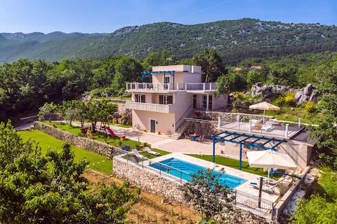 LAST MINUTE DISCOUNT! Villa with pool and zipline.