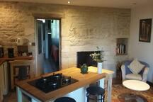 Grande Cuisine équipée, salle à manger,  cheminée,  avec grande table pour 8 à 10p