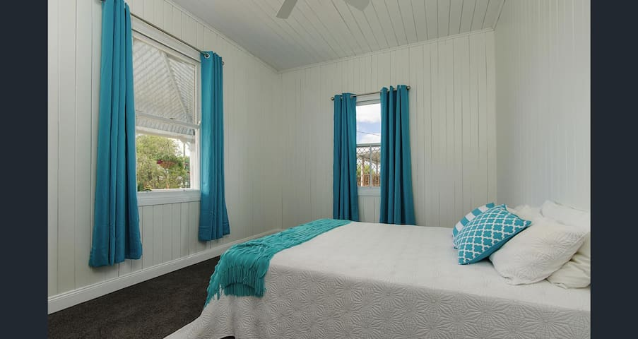 Victoria's Cottage Warwick - Bedroom 1 - Aqua Room