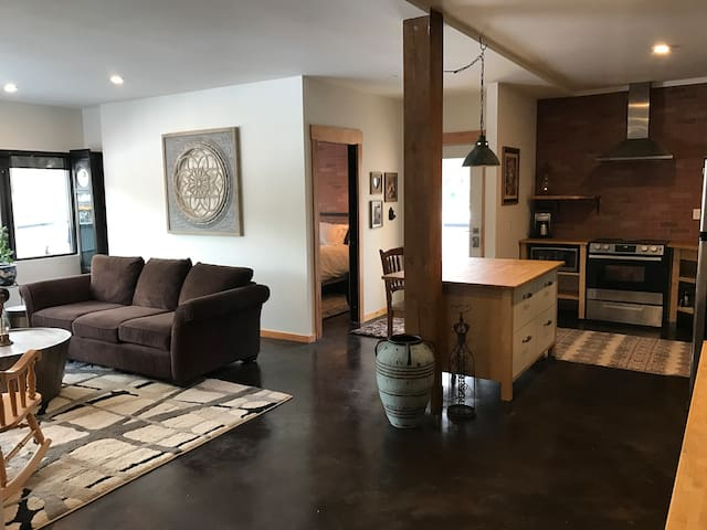 The Lamplighter - RAILTOWN SUITE downtown Nelson