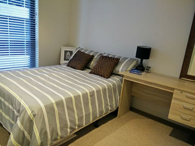CBD Fringe:Double room, modern, WiFi, own bathroom - Auckland - Huoneisto