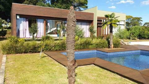 Casa com piscina em residencial fechado no campo!