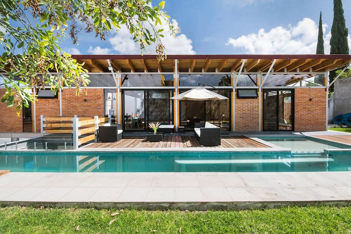 Casa Base, contemporary getaway with private pool