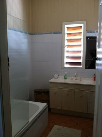 Upstairs bathroom with bath/shower