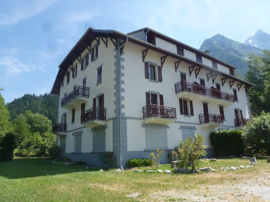 Extérieur de la résidence, l'appartement avec les deux terrasses fait l'angle au premier étage