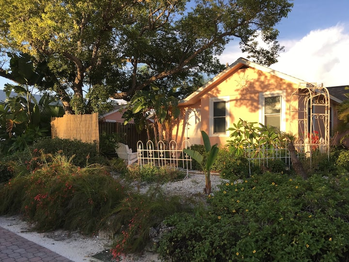 Adorable Coral Cottage in downtown Dunedin