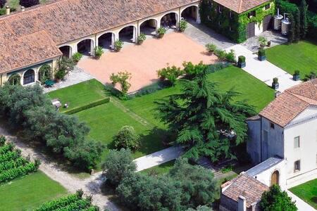 """Colli Euganei  """"Giuggiola""""- True stay in a winery"""
