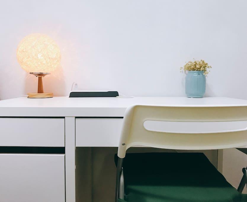 新添了一张大点儿的书桌