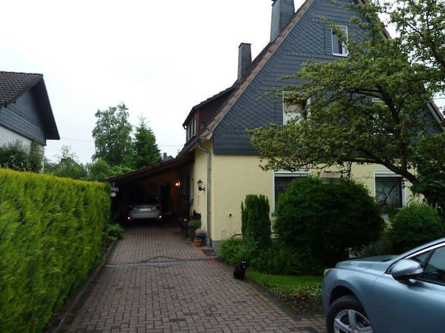 Zimmer mit eigenem Bad im Einfamilienhaus - Kreuztal - Huis