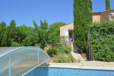 Maison de vacances à Uzès avec piscine privée et jacuzzi.