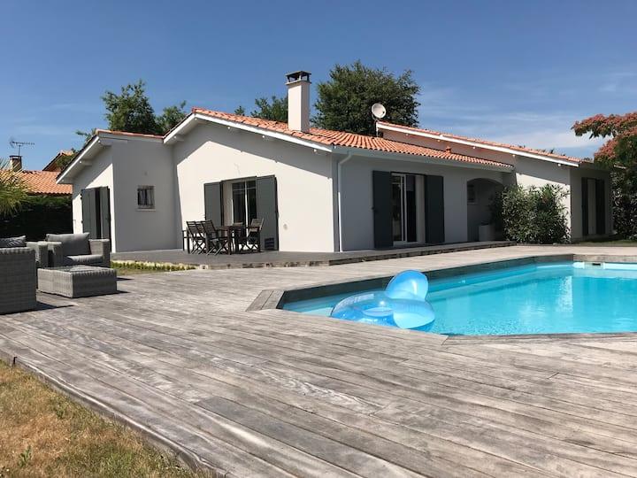 Maison confortable avec piscine proche du Bassin